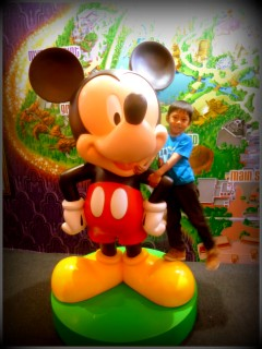 Ga bisa photo sama Mickey yang hidup, patungnya ga apa-apa deh..