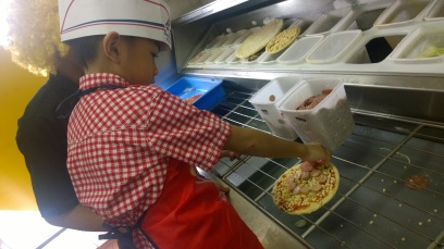 Pertama belajar bikin pizza