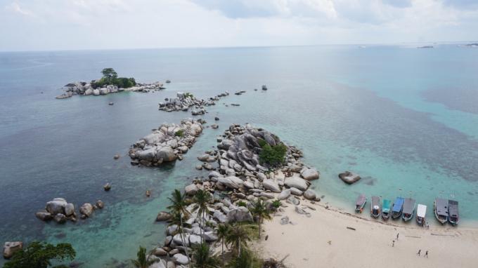 Pulau Lengkuas dari puncak Mercusuar