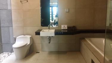 kamar mandi kamar utama
